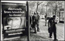 Westermarkt, oude man bij billboard