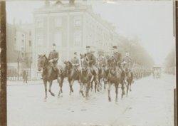 Kolonne militairen voorafgegaan door militairen te paard, Sarphatistraat hoek We…