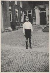 Jan van Tuyl op achtjarige leeftijd, gefotografeerd op de binnenplaats van het B…