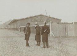 Politieagenten en een militair bewaken een spoorwegemplacement