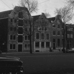 Nieuwezijds Voorburgwal 87 - 93 en geheel links de ingang van de Sint Geertruide…