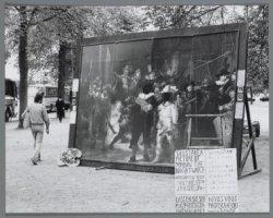 Toeristen kunnen zich op het Museumplein in de Nachtwacht laten fotograferen