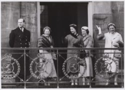 Bezoek Brits koningspaar, al wuivend op het balkon van het Koninklijk Paleis op …