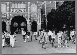 Toeristen op het Museumplein bij de achterzijde van het Rijksmuseum, Stadhouders…