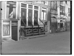 Lijnbaansgracht 384-386. Op nummer 386 een rijwielstalling