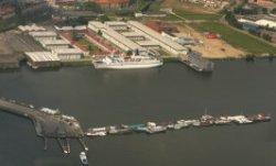 Luchtfoto Stavangerweg (Havens-West), gezien naar de Nieuwe Houthaven bij het IJ…