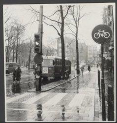 Westermarkt in de regen gezien richting Keizersgracht 179-185 en Raadhuisstraat …