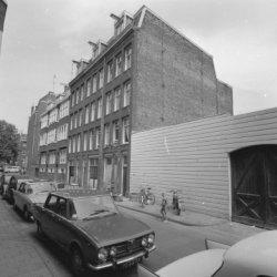 Derde Looiersdwarsstraat 1 - 9 met links aansluitend de zijgevel van Elandsgrach…