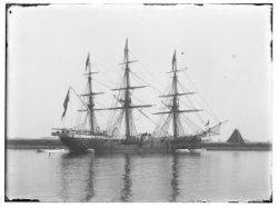 """Het Zweedse oorlogsschip 'Wasa"""" in de IJhaven, gezien naar de Strekdam (de later…"""