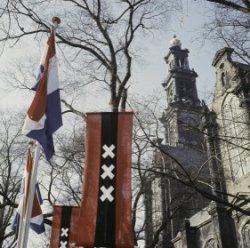 Decoraties op de Westermarkt, met rechts de Westerkerk
