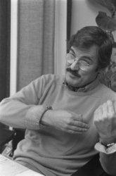 Portret van een galeriehouder tijdens een radio-interview in de Oude Lutherse Ke…