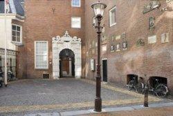 Poortje van het voormalig Burgerweeshuis, Sint Luciënsteeg 27