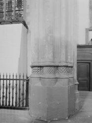 Nieuwezijds Voorburgwal 143, Nieuwe Kerk, voet van een pilaar