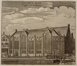 De zijgevel van de Oude Lutherse kerk aan het Spui met rechts op de voorgrond de…