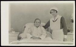 Verpleegster Nel Zee aan het bed van een patiënt in het Wilhelmina Gasthuis, Eer…
