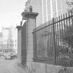 Singel 411, het toegangshek van de Oude Lutherse Kerk. Links Spui 14 (ged) - 16 …