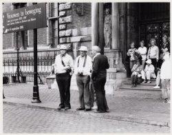 Amerikaanse toeristen wachten op het opengaan van het Rijksmuseum, Stadhouderska…