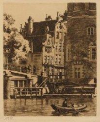 Gezicht op de onderkant van de Montelbaanstoren, naar de brug over de Oude Waal …