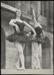 Dam 14, ballerina's voor het Koninklijk Paleis