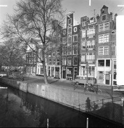 Prinsengracht 2 (ged.) - 14 v.r.n.l. en links de Noordermarkt