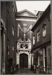 De toegangspoort tot het Burgerweeshuis (thans Amsterdams Historisch Museum) (Ao…
