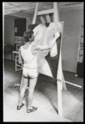 Een kunstenaar aan het werk in zijn atelier in het gekraakte Wyers-complex aan d…