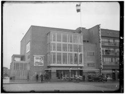 Het Hallen Theater, Jan van Galenstraat 41. Links achteraan de huizen aan de Geu…