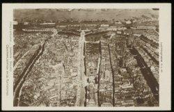 Luchtfoto van een groot deel van het centrum van de stad. In het midden het Damr…