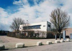 Asterdwarsweg10 met het exterieur van het huis van de beeldhouwer en kunstenaar …
