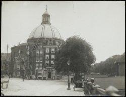 Het Singel met langs de linkeroever de Ronde Lutherse kerk. Vóór de kerk