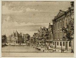 De Kloveniersburgwal gezien naar de Waag, Nieuwmarkt. Rechts het Trippen huis of…