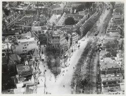 Luchtfoto van de Nieuwezijds Voorburgwal en omgeving gezien in oostelijke richti…