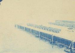 Goederentreinen op het Stenen Hoofd aan de Westerdoksdijk, met op de voorgrond h…