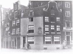 Brouwerssteeg (links). Rechts Nieuwezijds Voorburgwal 3-7 (ged.) (v.l.n.r.)