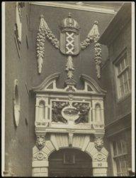 Beeldhouwwerk boven de toegangspoort van het Burgerweeshuis, Kalverstraat 92