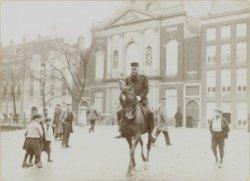 Militair te paard op een brug. Foto uit album met foto's van ordehandhaving tijd…