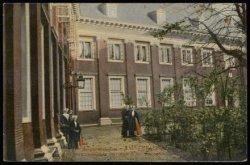 Binnenplaats van het Burgerweeshuis, Kalverstraat 92. Uitgave Jos Nuss & co. Haa…