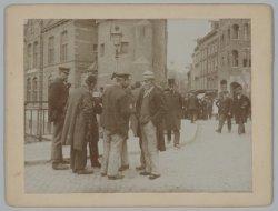 Een groepje mannen in gesprek op het Muntplein tijdens de Algemene Werkstaking v…