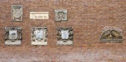 Ingemetselde gevelstenen bij Sint Luciënsteeg 27, de neveningang van het Amsterd…