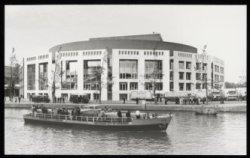Een waterbus vaart langs Amstel 1-3, het vandaag officieel te openen Stadhuis-Mu…