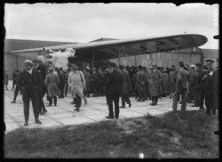 Vertrek vanaf Schiphol Oost van het 3 motorige Fokkervlieguig de F.VII