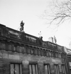 Keizersgracht 672, Huize van Loon, geveltop met op de balustrade beelden van Vul…