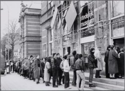 Paulus Potterstraat 13, Stedelijk Museum. Rij wachtenden voor de Malevitch tento…