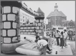 Buurtfeest op Wittenburg. Op de achtergrond de Oosterkerk