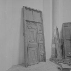 Gedemonteerde paneeldeur met boven- en zijpanelen uit ca. 1620, afkomstig van de…