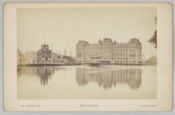 Het Amstel Hotel, Prof. Tulpplein 1, gezien over de Amstel