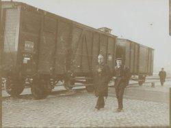 Politieagent en militair bewaken een spoorwegwagon