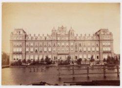 Het Amstel Hotel, Prof. Tulpplein 1 met daarvoor de Amstel