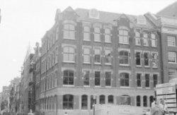 Keizersgracht 305-311 (ged.) en links Wolvenstraat 1-35