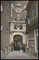 De hoofdingang van het Burgerweeshuis, Kalverstraat 92